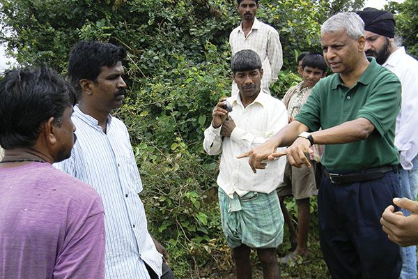 Desh Deshpande speaks to farmers in Hubli